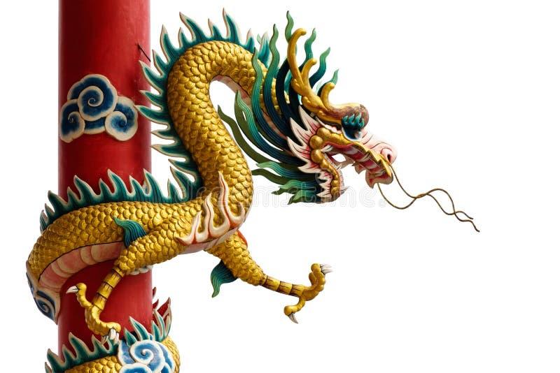 Gouden Chinese Draak die rond rode pool wordt verpakt stock fotografie