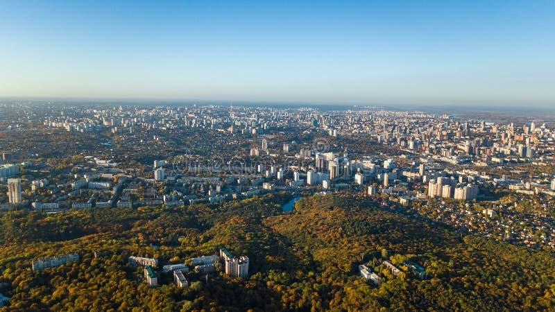 Gouden cityscape van de herfstkyiv, luchthommelmening van stadshorizon en bos met gele hierboven bomen en mooi landschap van stock foto's