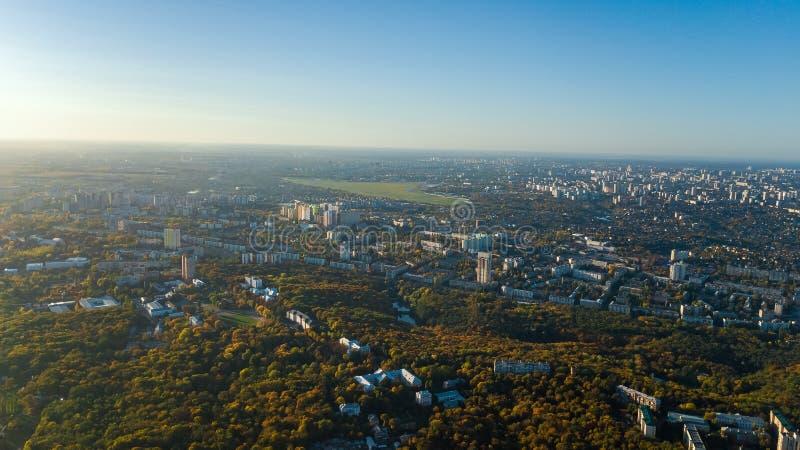 Gouden cityscape van de herfstkyiv, luchthommelmening van stadshorizon en bos met gele hierboven bomen en mooi landschap van royalty-vrije stock fotografie