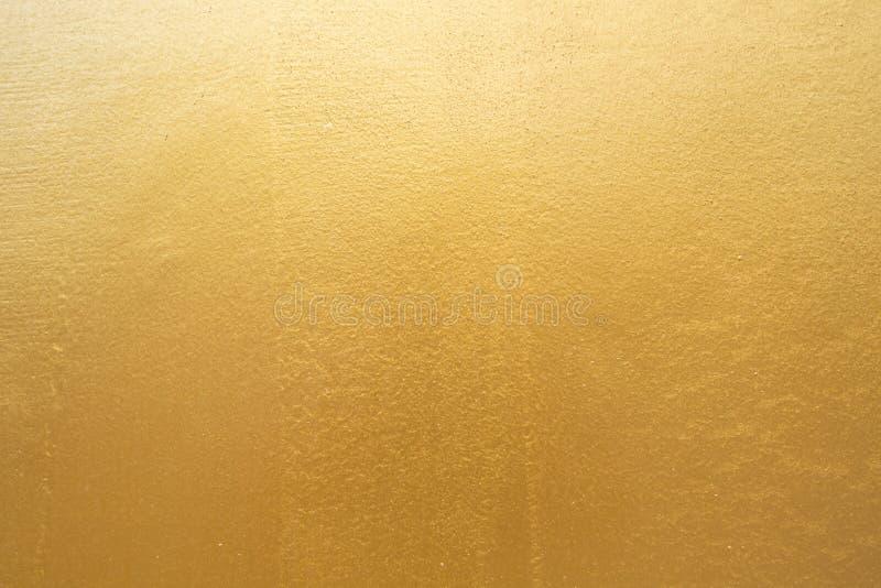 Gouden concrete muur op achtergrondtextuur stock foto's