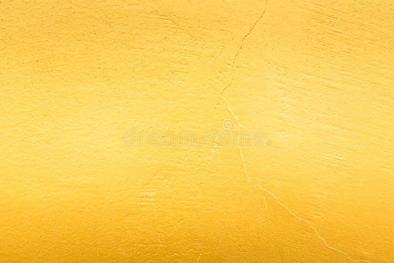 Gouden concrete muur op achtergrondtextuur stock foto