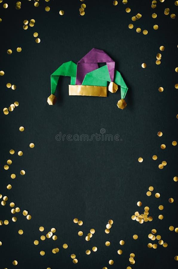 Gouden confettien, de hoed van de narrenmaskerade Mardi Gras, April Fools Day-de prentbriefkaar van de vakantiedecoratie, groet,  stock afbeeldingen