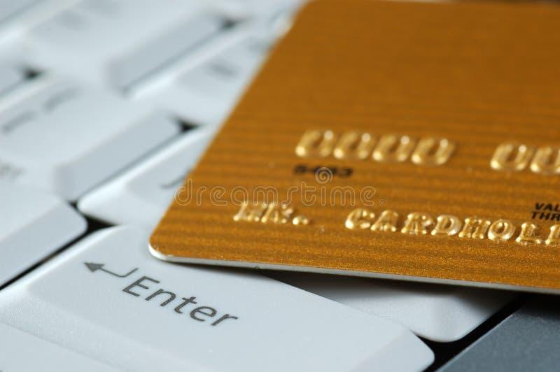 Gouden Creditcard op een Toetsenbord stock afbeelding