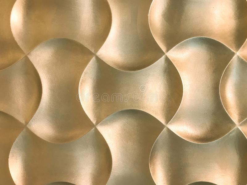 Gouden 3D binnenlands decoratief muurpaneel met ongebruikelijke geometrische vorm stock foto