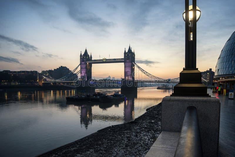 Gouden de Herfstzonsopgang over Torenbrug in Londen stock afbeelding