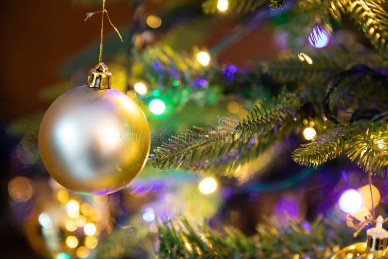 Gouden decoratiebol op dichte omhooggaand van de Kerstmisboom stock foto