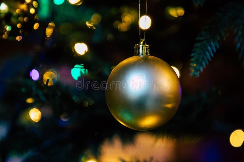 Gouden decoratiebol op dichte omhooggaand van de Kerstmisboom stock afbeelding
