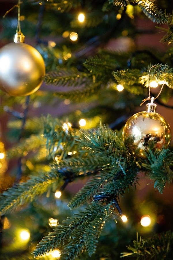 Gouden decoratiebol op dichte omhooggaand van de Kerstmisboom royalty-vrije stock afbeeldingen