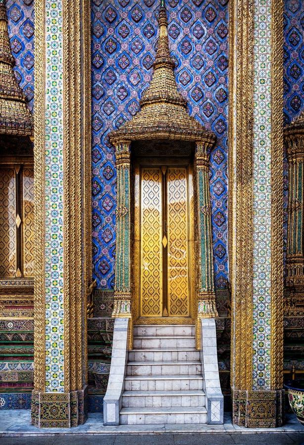 Gouden deuren van beroemde tempel in Thailand stock afbeeldingen