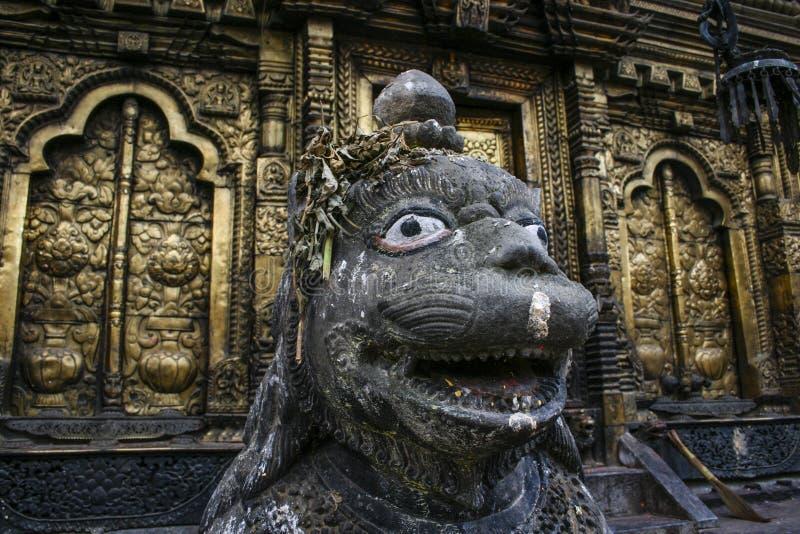 Gouden deuren van de tempel van Changu Narayan Hindu in Changunarayan (Bhaktapur) met deity als wacht - Nepal stock foto's