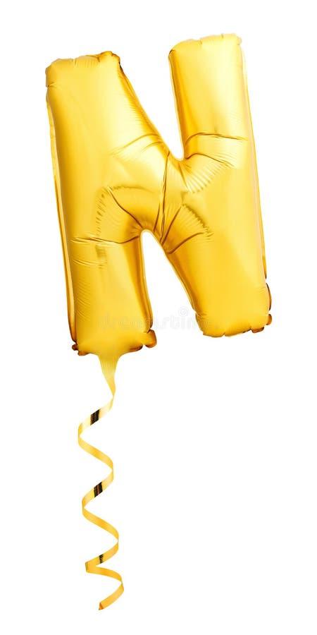 Gouden die brief N van opblaasbare die ballon met een koord wordt gemaakt op witte achtergrond wordt geïsoleerd royalty-vrije stock foto