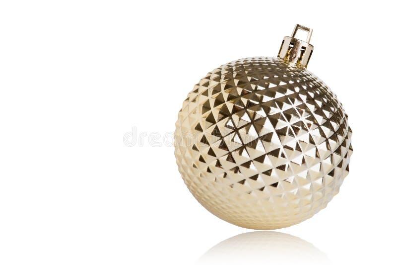 Gouden die Kerstmisbal op witte achtergrond wordt geïsoleerd royalty-vrije stock foto