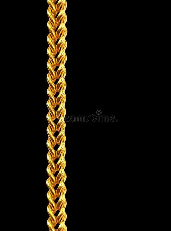 Gouden die kettingshalsband op zwarte, close-up, het knippen weg wordt geïsoleerd stock afbeelding