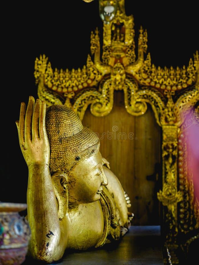 Gouden Doende leunen Boedha van het standbeeld van slaapboedha royalty-vrije stock foto