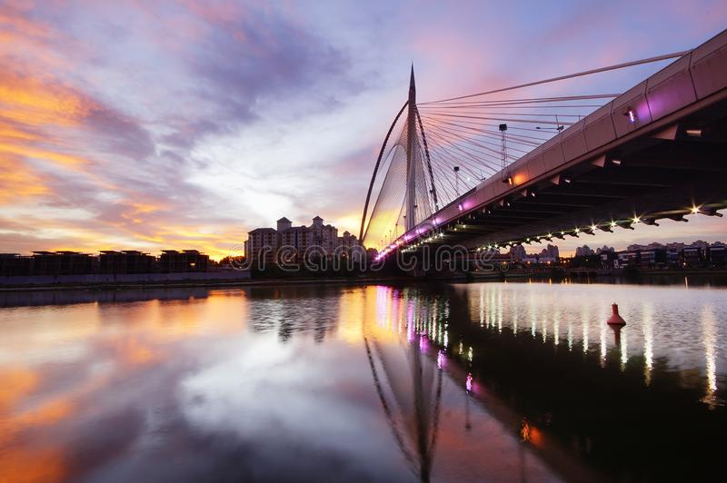 Gouden effect van zonsondergang bij putrajayabrug stock afbeelding