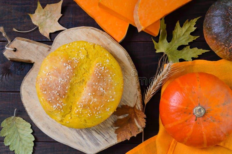 Gouden eigengemaakt vers gebakken pompoenbrood stock afbeeldingen