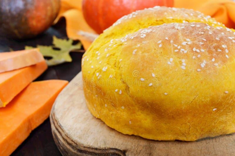 Gouden eigengemaakt vers gebakken pompoenbrood met sesamzaad stock afbeeldingen