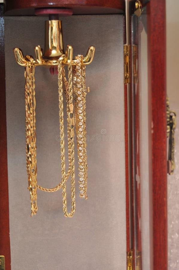 Gouden en zilveren armbanden stock foto