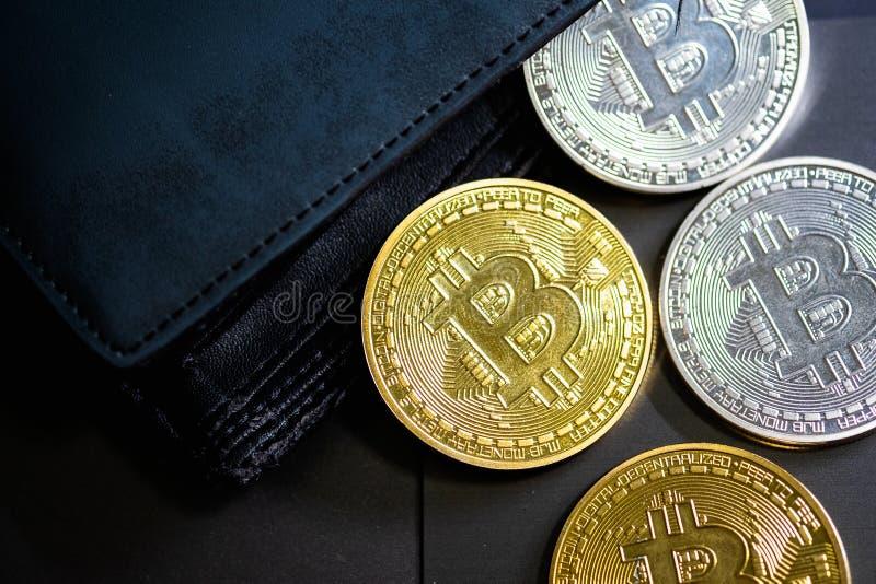 Gouden en zilveren bitcoins in leerportefeuille Bitcoin in beurs Winst van mijnbouwcrypto munten royalty-vrije stock foto's