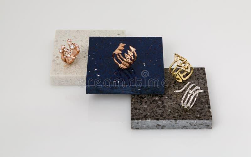 Gouden en zilveren die ringen op steenstukken worden geplaatst royalty-vrije stock fotografie