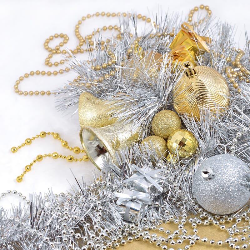 Gouden en zilveren Kerstmisdecoratie stock foto's