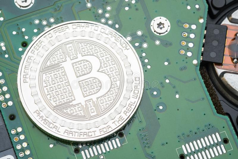 Gouden en zilveren metaalbitcoins op elektronische kringsmotherbo stock afbeelding