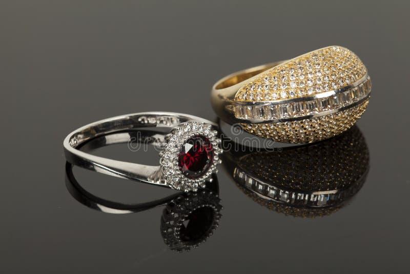 Download Gouden en zilveren ring stock afbeelding. Afbeelding bestaande uit verjaardag - 29507761