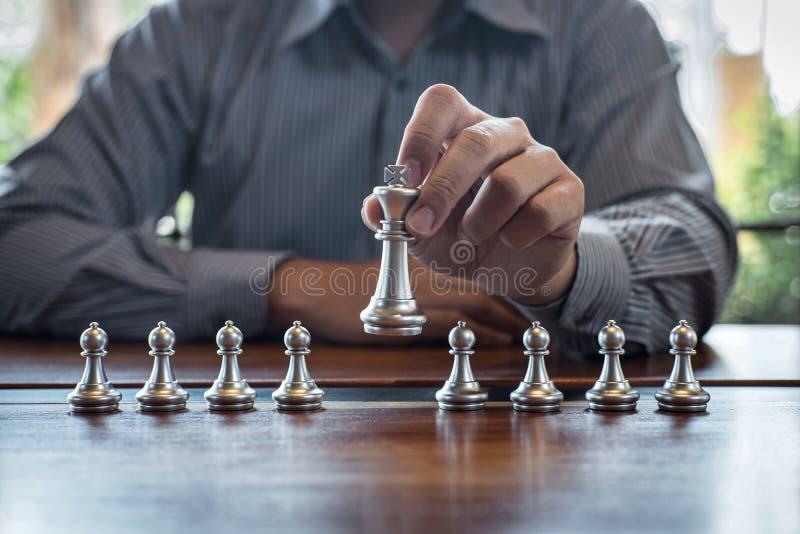 Gouden en zilveren schaak met speler, de Intelligente het spelconcurrentie van het zakenman speelschaak aan de planning van zaken stock foto's