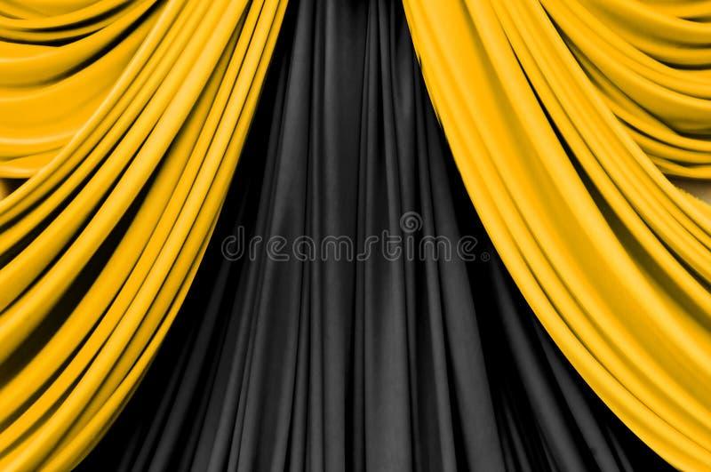 Gouden en zwart gordijn op stadium stock fotografie