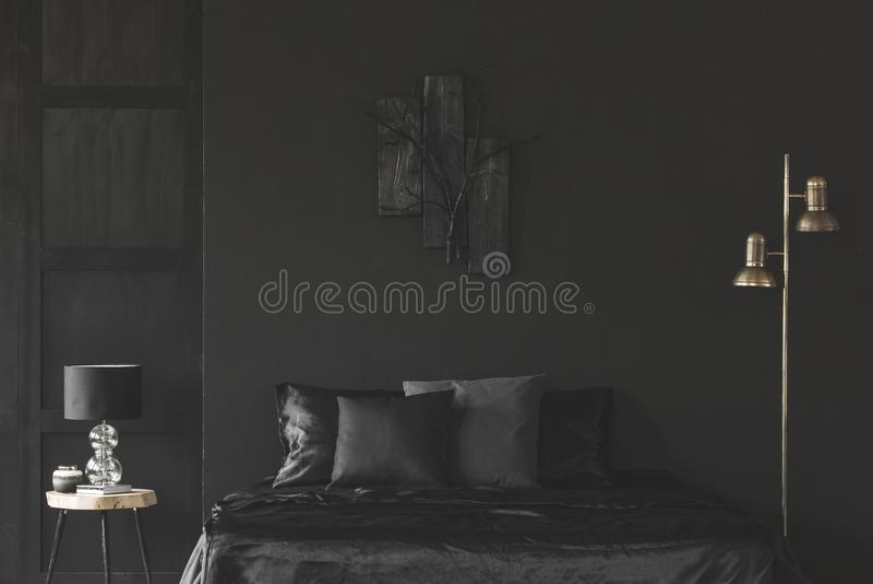 Gouden en zwart slaapkamerbinnenland stock afbeelding