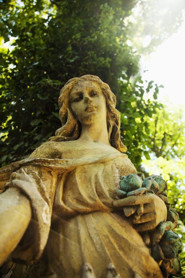 Gouden engel in het Geloof van het zonlicht antieke standbeeld, godsdienst, royalty-vrije stock afbeelding