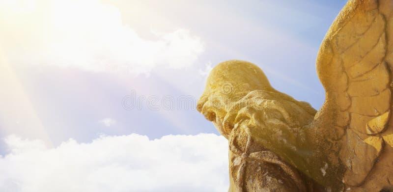 Gouden engel in het zonlicht antieke standbeeld stock afbeelding