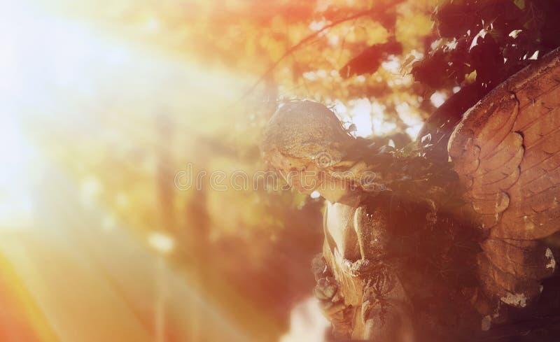 Gouden engel in het zonlicht antieke standbeeld royalty-vrije stock afbeeldingen