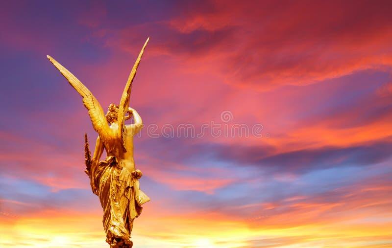 Gouden engel over mooie hemel royalty-vrije stock fotografie