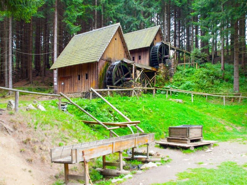Gouden ertsmolens Middeleeuwse houten watermolennen in Zlate Hory, Tsjechische Republiek royalty-vrije stock fotografie