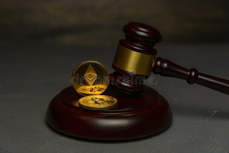 Gouden ethereum en bitcoin met rechtershamer royalty-vrije stock foto