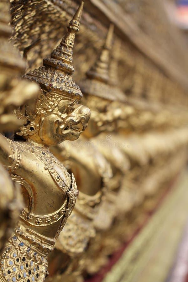Gouden Garuda-standbeeldtribune rond, het bronssymbool van Thaise overheid, reuze oude gouden adelaar met kroonbeeldhouwwerk royalty-vrije stock afbeelding
