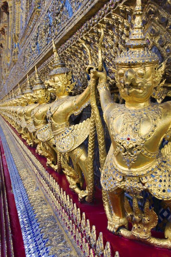Gouden garudastandbeelden bij Tempel in Groot Paleis, Bangkok, Thailand royalty-vrije stock foto's