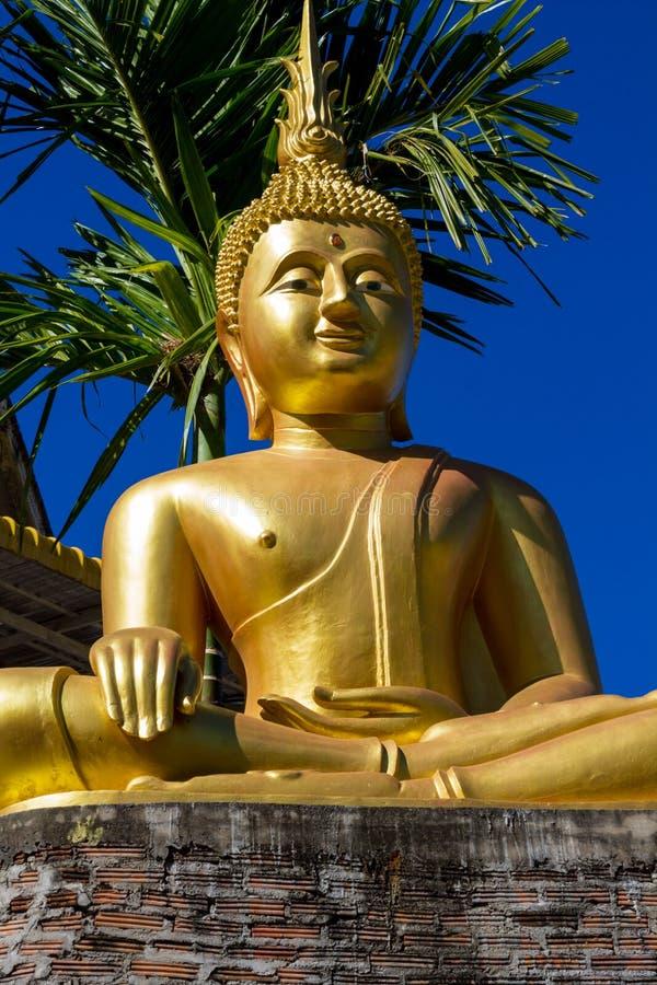 Gouden Gautama Buddha-standbeeldmonument stock fotografie
