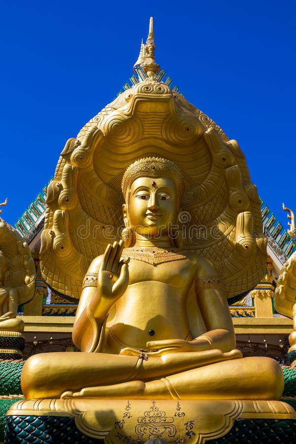 Gouden Gautama Buddha-standbeeldmonument stock afbeeldingen