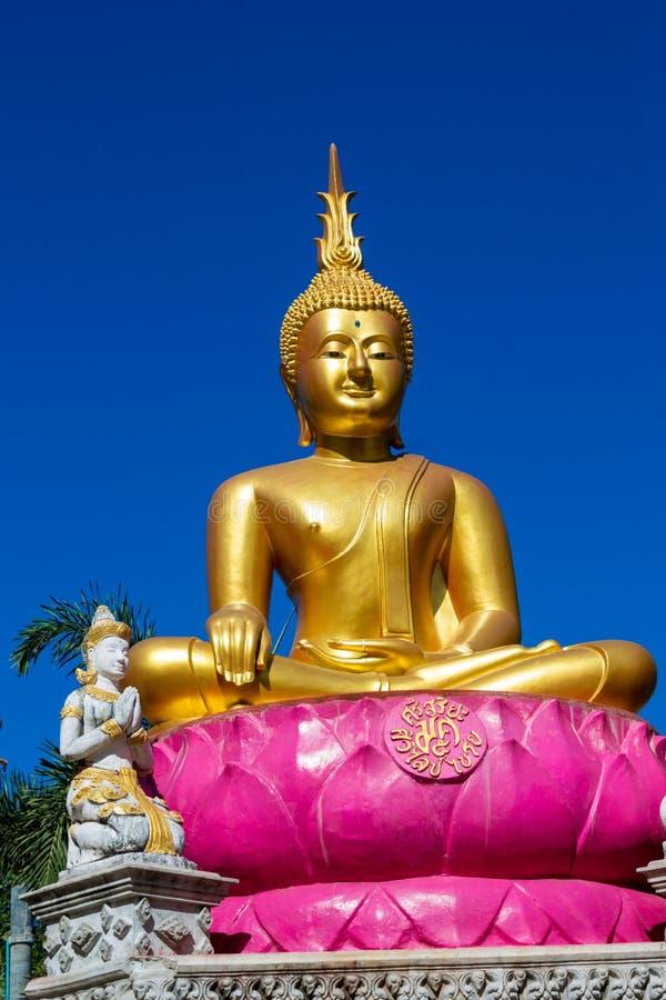 Gouden Gautama Buddha-standbeeldmonument royalty-vrije stock fotografie