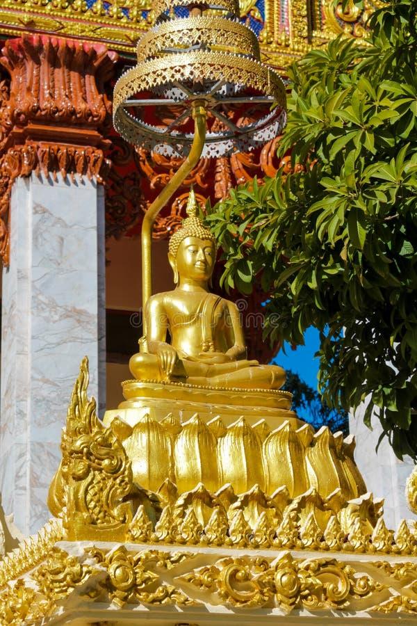 Gouden Gautama Buddha-standbeeldmonument stock afbeelding