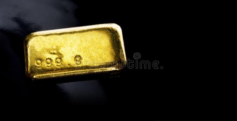 Gouden ge?soleerdeG staaf stock foto's