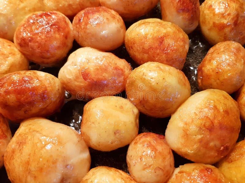 Gouden gebraden jonge aardappels stock fotografie