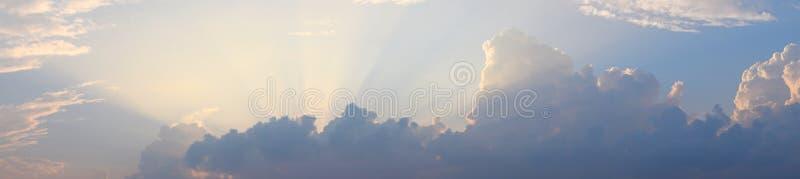 Gouden Gele Schemerige Zonstralen van Donkere Wolken in Heldere Hemel - Natuurlijke Panoramische Achtergrond Skyscape stock afbeelding
