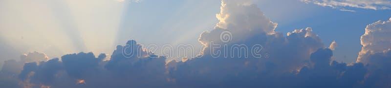 Gouden Gele Schemerige Zonstralen van Donkere Wolken in Heldere Hemel - Natuurlijke Panoramische Achtergrond Skyscape royalty-vrije stock foto