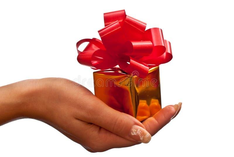 Gouden giftdoos in de hand van de vrouw stock foto