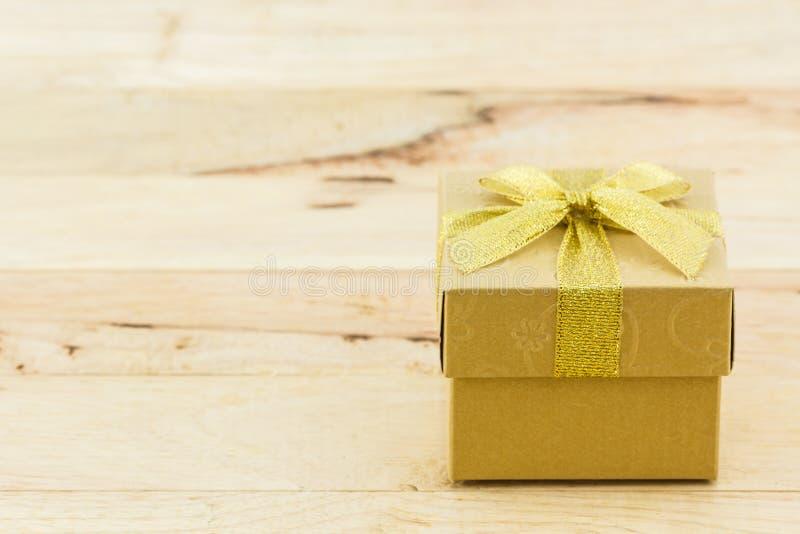 Gouden giftdoos met lintboog stock afbeeldingen