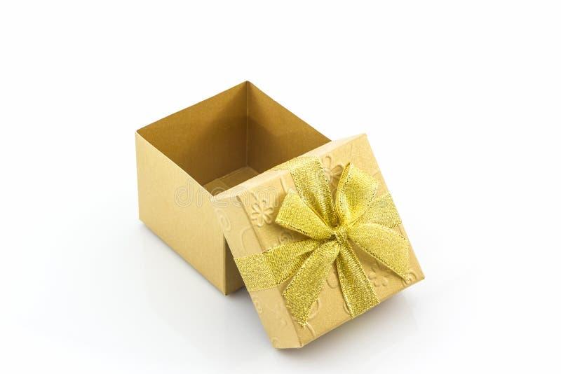 Gouden giftdoos met lintboog stock afbeelding