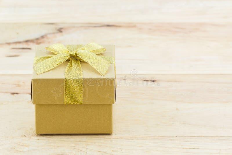 Gouden giftdoos met lintboog royalty-vrije stock fotografie
